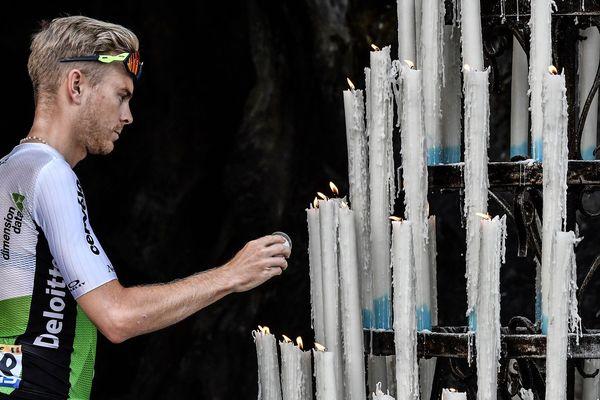 Le Belge Julien Vermote allumant une bougie à la grotte de Lourdes