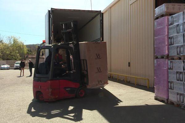 16 000 bouteilles sont chargés dans des camions chez ce négociant varois, direction l'Angleterre.