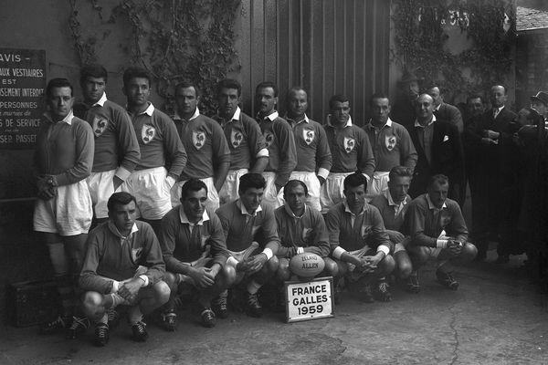 Henri Rancoule, disparu ce lundi 15 mars, a remporté 5 fois le tournoi des 5 nations avec le XV de France (ici accroupi à gauche de la photo face au Pays de Galles en 1959).