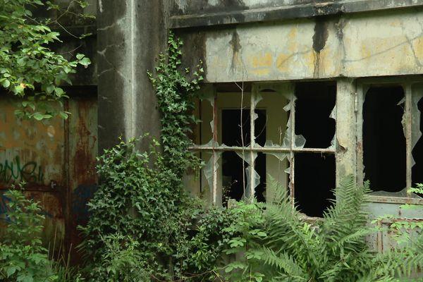 A Ste Honorine la  Chardonne, le site abandonné de l'usine Ferlam Technologies continue de disséminer de l'amiante dans l'air, la terre et l'eau environnants.
