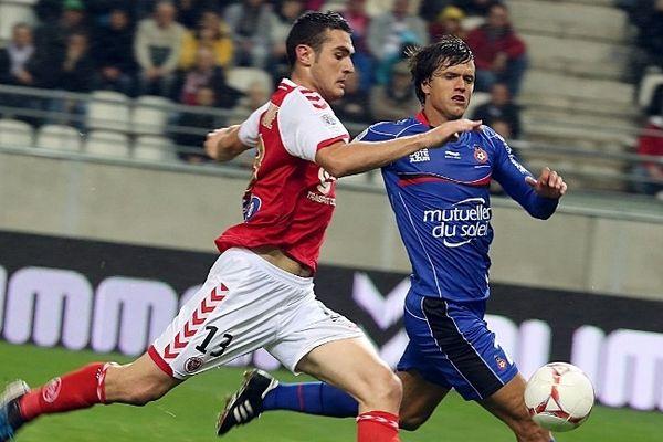 Nicolas Fauvergue (à gauche) avec Renato Civelli - Nice (en bleu).
