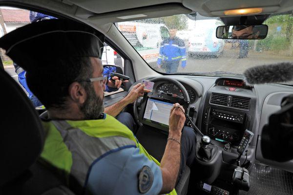 Verbalisation, contrôle des papiers... Par un simple scan de la carte d'identité du conducteur, l'application mobile NeoGend facilite le travail des forces de l'ordre.