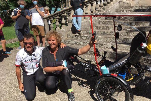 Robert et Laurence Bonnemayre au départ de leur Tour de la mémoire en tricycle couché.