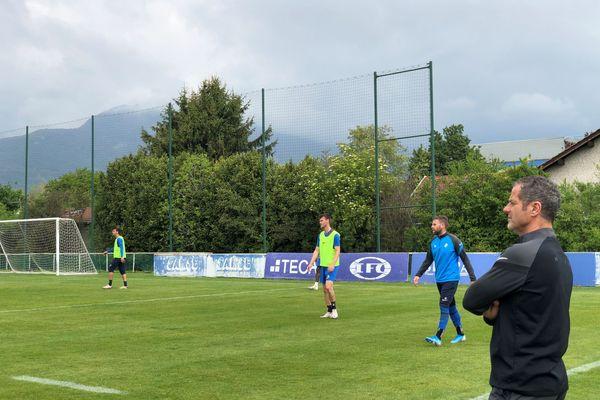 Au premier plan, Philippe Hinschberger,le coach grenoblois, observe les joueurs du GF38 à l'entraînement.