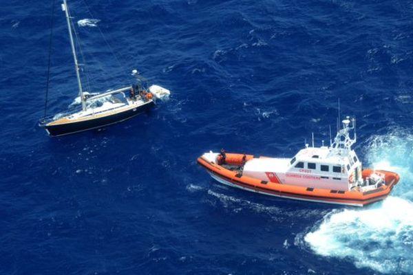 la vedette des Guardia Costiera n'a pu récupérer les occupants du voilier en raison d'une mer trop agitée.