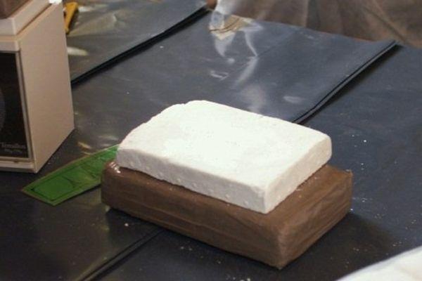 Un échantillon de cocaïne pesé lors d'une saisie (Illustration)