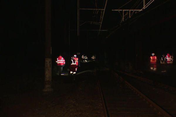 Les agents de la SNCF ont travaillé jour et nuit à la réparation et la vérification des voies et de l'alimentation électrique