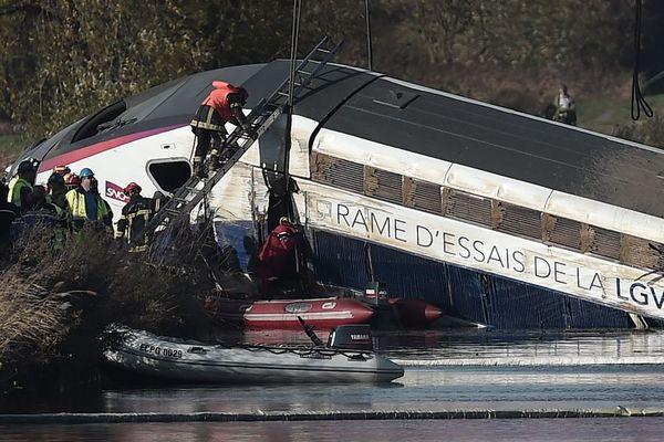 Une rame d'essai du TGV avait déraillé dans un virage juste avant un pont, faisant 11 morts et 42 blessés, le 14 novembre 2015 à Eckwersheim (67).