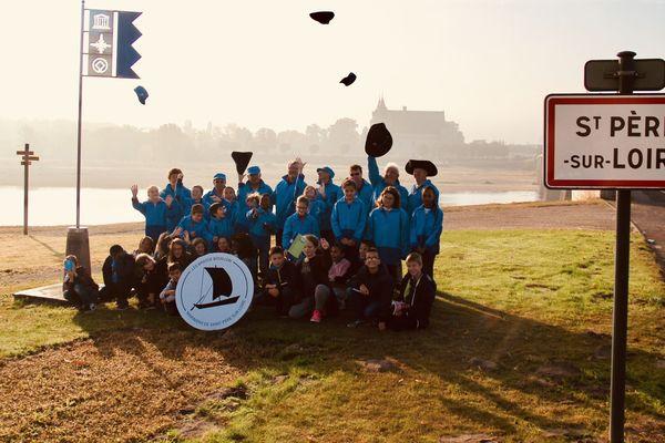 Les Brasse-Bouillon et les écoliers en bord de Loire, là où ils veulent faire revivre leur port.