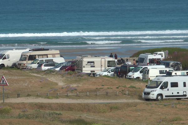 Camping-cars et Vans face à la Baie des Trépassés.