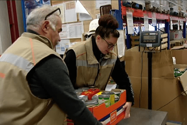 Des bénévoles en pleine préparation de commandes à la Banque alimentaire de Rennes