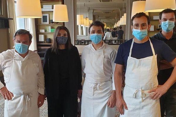 Michel Troisgros avec ses fils et une partie de l'équipe de la brasserie le Central concoctent des plats à emporter depuis plus d'un mois.