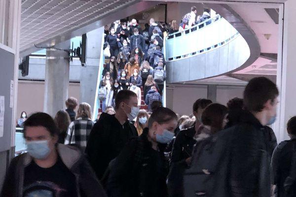 Les élèves s'attroupent dans les couloirs du lycée, exemple au lycée Voltaire à Wingles.