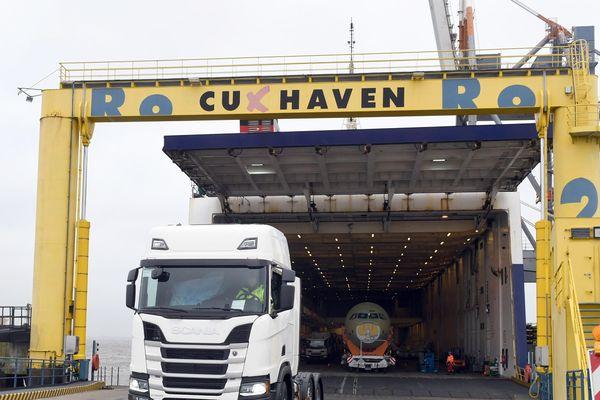 Déchargement des camions via la rampe RoRo au port de Cuxhaven