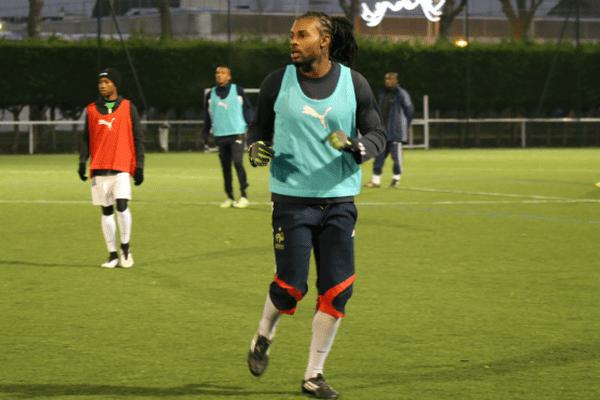 Le milieu de terrain Steven Octavia, mardi 30 décembre, en région parisienne, lors du premier entraînement du Club Franciscain.