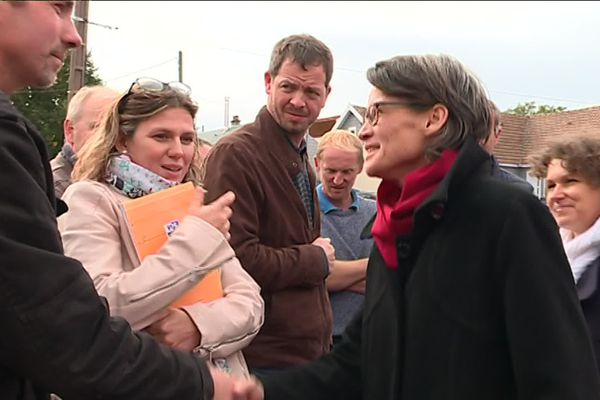 Muriel Nguyen, préfète de la Somme est venue à Crouy-Saint-Pierre (80) jeudi 3 octobre rassurer les agriculteurs, une semaine après l'incendie de l'usine Lubrizol à Rouen.