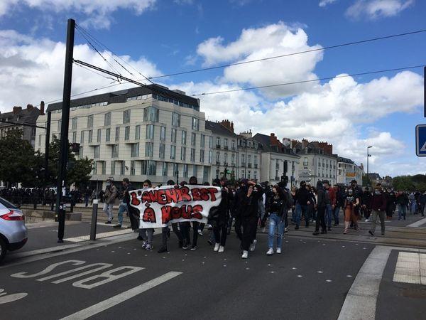 Les 150 lycéens présents dans les rues de Nantes ont vite été bloqués par les policiers plus nombreux qu'eux dans les rues du centre ville de Nantes.