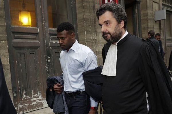 Josaia Raisuqe, ancien joueur du Stade Français, quitte le tribunal en compagnie de son avocat Thomas Koltz, après son procès pour agression sexuelle et violences.