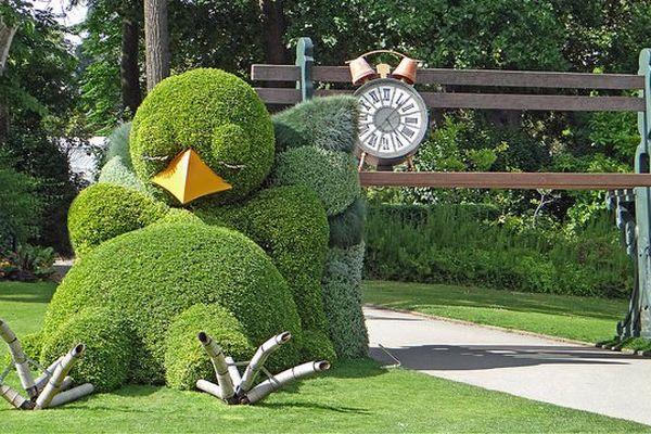 Beau temps, mauvais temps, au Jardin des Plantes de Nantes le poussin de Claude Ponti ne voit pas le temps qui passe !