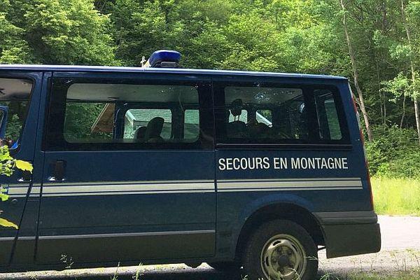 Entre Livet-et-Gavet et Allemont (Isère) - le PC des secours en montagne au pied des cascades du Bâton - 7 juin 2016.