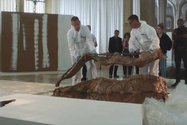 """Dans """"Meurtres à Lille"""", le corps d'un sculpteur est retrouvé à l'intérieur d'une de ses oeuvres."""