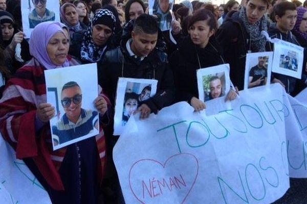 """Le silence, la photo de Neman 19 ans et unslogan :""""tu es toujours dans nos coeurs""""."""
