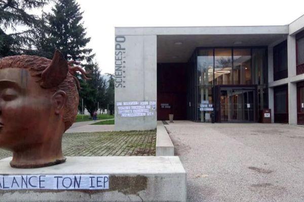 Des collages ont été placardés sur le campus de Sciences-Po Grenoble après la polémique sur les accusations d'islamophobie envers des enseignants.