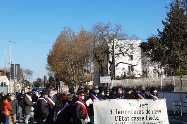 Cortège de manifestants contre la fermeture de trois classes à Vauvert, dans le Gard.