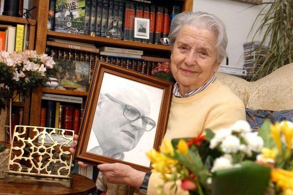 Raymonde Tillon avec le portrait de son mari Charles Tillon, décédé en 1993