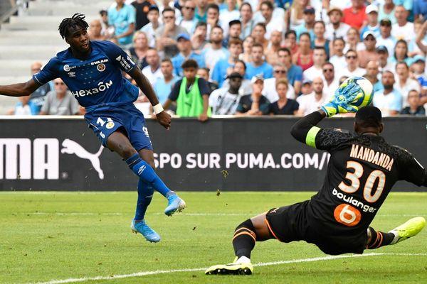 10/08/2019 - Boulaye Dia (Reims) bat Steve Mandanda (OM) lors de cette première journée de Ligue 1.