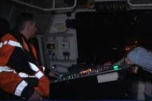 Dans la cabine de pilotage de l'Engin Multifonctions de Voie (EMV) pour les travaux de nuit sur la LGV Est.