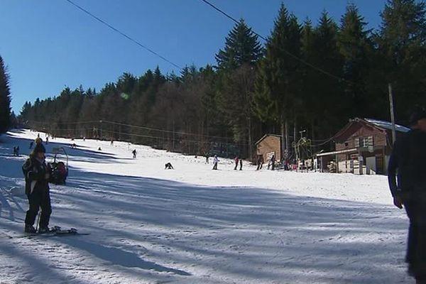 La Loge des Gardes envisage de se doter de 25 canons à neige. La petite station de ski de l'Allier espère pouvoir compter sur l'aide des habitants de la région, à travers un financement participatif.