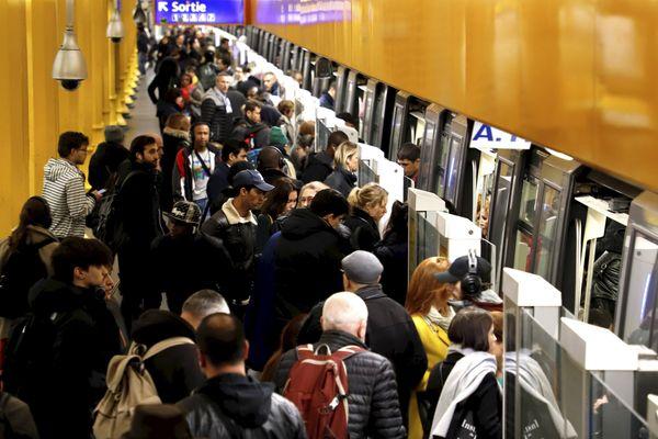 Des voyageurs sur la ligne 1 du métro parisien, à Gare de Lyon, le 9 janvier (illustration).