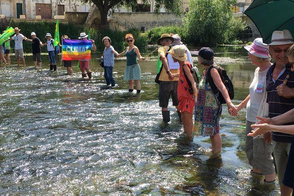 Les militants d'Europe Écologie les Verts traversent à pied le Clain