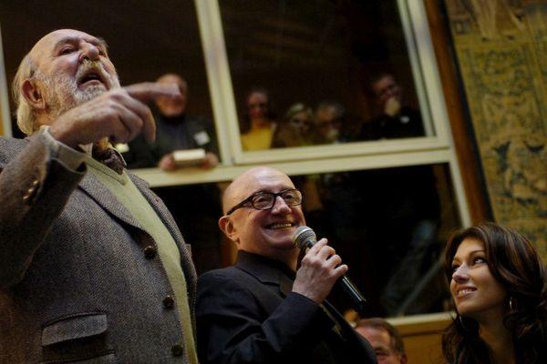 Jean-Pierre Marielle, aux côtés de Michel Blanc et de Sophie Vouzelau (première dauphine de miss France 2007), lors de la 148e  vente aux enchères des hospices de Beaune en 2008