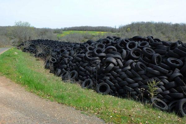 Le mur de pneus longe la route à Lachapelle-Auzac