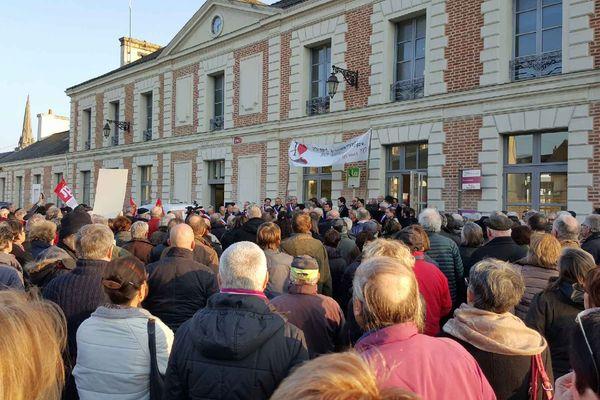 Des centaines de personnes se sont rassemblées devant la gare de Redon (35) à l'appel du Groupe ferroviaire du Pays de Redon pour une meilleure desserte ferroviaire