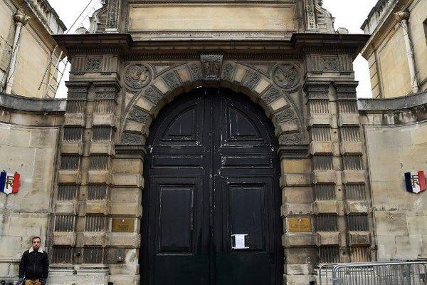 La porte du secrétariat d'Etat de Benjamin Griveaux au lendemain de l'action de certains gilets jaunes le 6 janvier 2019 à Paris.
