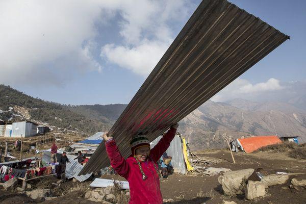 Janvier 2016. Jeune népalaise en pleine reconstruction de son village, Lapak, au Népal, où 600 maisons ont été détruites le 25 avril 2015 après un séisme de magnitude 7,9.