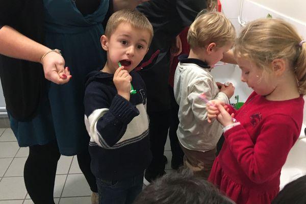 A Hérouville-Saint-Clair, les enfants de moyenne section en maternelle (ré)apprennent à se brosser les dents.