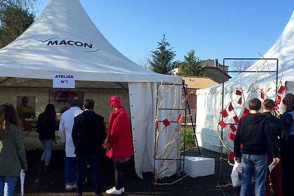 Un village d'information sur les IST (infections sexuellement transmissibles) est installé devant le lycée Dumaine, à Mâcon, en Saône-et-Loire du 5 au 7 avril 2016.