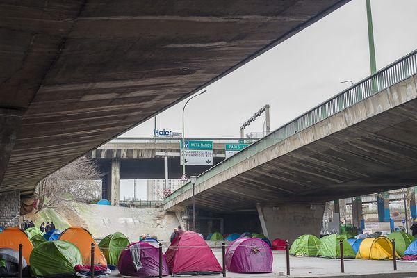 L'un des campements de migrants porte de la Chapelle à la mi-janvier, installés aux entrées du boulevard périphérique et sous le pont de l'autoroute A1.