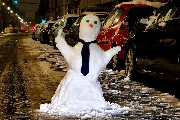Un bonhomme de neige... qui fait un doigt d'honneur.