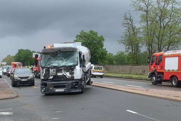 La face avant du poids-lourd après sa collision avec une ambulance des Sapeurs-pompiers de Paris. Photo Marion Lompageu.