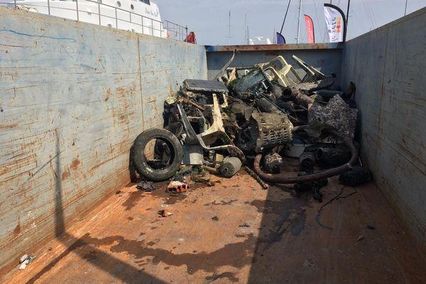 Plusieurs mètres cubes de pneus et de ferraille ont été trouvés.