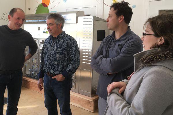 Le premier adjoint de Paulmy avec le producteur de volaille, le boulanger et la productrice de fromage de chèvre dans l'épicerie automatique.