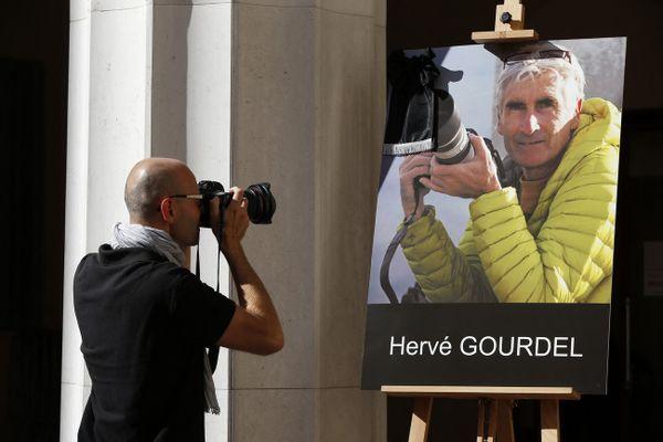 Le portrait d'Herve Gourdel exposé le 25 septembre 2014 en mairie de Nice.