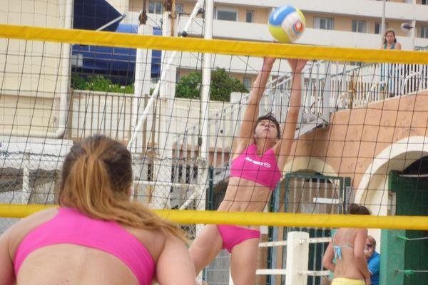 Le beach-volley féminin devait investir la place de la Cathédrale à Sens, en mai 2015.