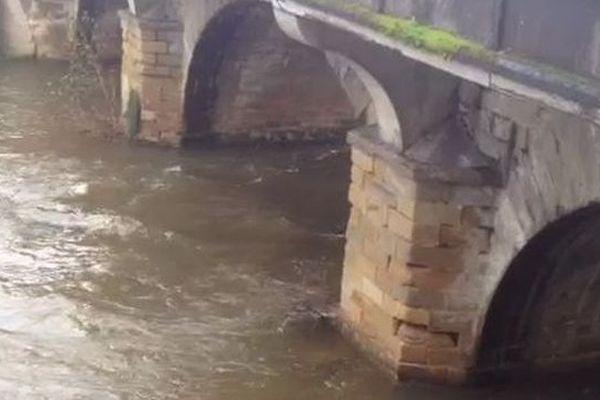 La Corrèze en crue sous le pont Cardinal à Brive: un débit de 168 mètres cubes/s a été mesuré lundi 27 janvier 2014