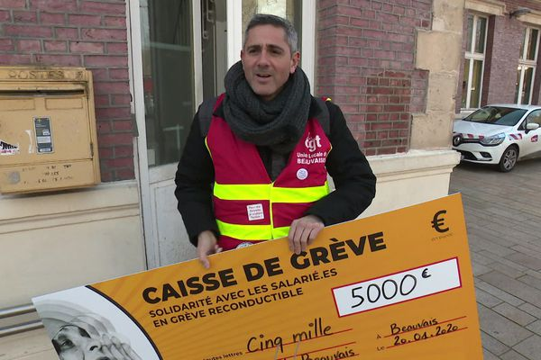 Les cheminots grévistes de Beauvais ont reçu un chèque de 5000 euros issus de la caisse de solidarité nationale de la CGT Info Com.